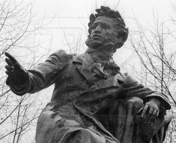 Открытие памятника Пушкину в Москве с произнесением речей И. С. Тургеневым, Ф. М. Достоевским, А. Н. Островским.