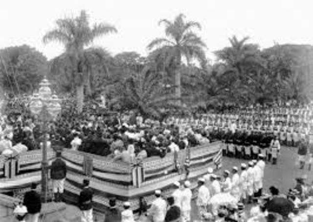 Hawaii becomes a US territory.