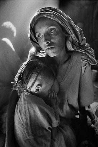 Mother and child at Korem camp de Sebastião Salgado