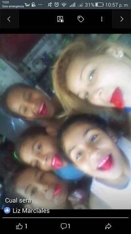 yo junto a mis primos y mis hermanas con las lenguas rojas gracias a una paleta