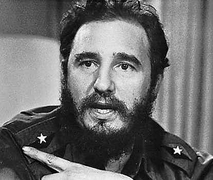 Fidel Castro y un grupo de Jovenes