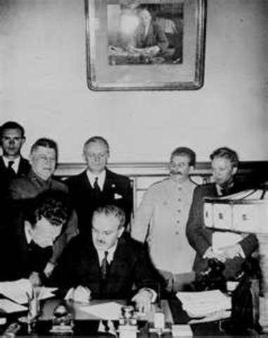 Non-agression pact; Germany and Russia; divide Poland