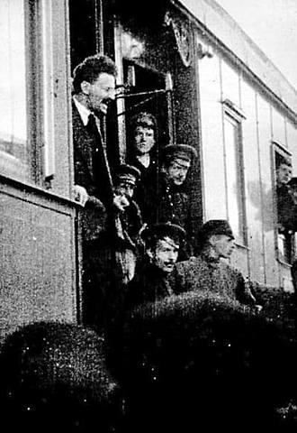 Trotsky y Lunacharski son arrestados