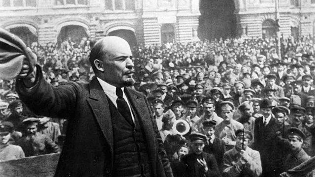 Vladimir Lenin es detenido.