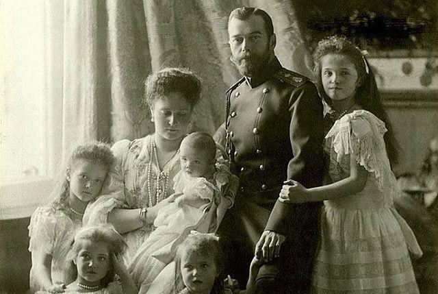 Nicolás II renuncia a su cargo.