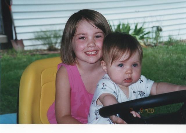Hace diez años que monté el cortadora de césped con mi hermana Haley.