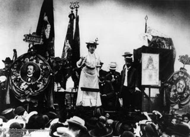 Los militares asesinaron  a Liebknecht  y a Rosa Luxemburgo.