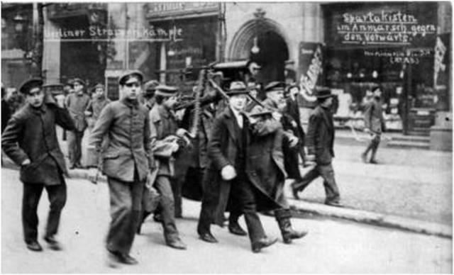 Los del Partido Comunista avanzaban por Berlín