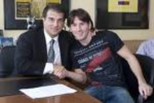 Lionel Messi firmó la renovación con el Barcelona hasta el año 2016, con una cláusula de rescisión de 250 millones de euros
