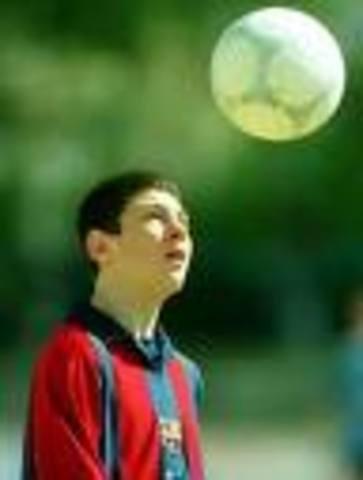 convirtiéndose en el tercer jugador más joven en jugar para el Barcelona y en el jugador más joven del club en debutar en Liga española