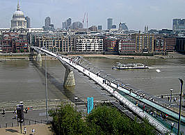 Millennium Bridge in Londen, ontworpen door Norman Foster