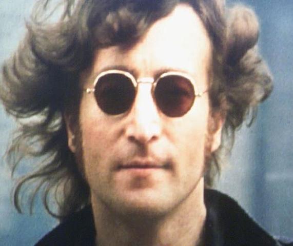 המוזיקאי הבריטי ג'ון לנון נרצח בפתח ביתו בניו יורק על ידי מרק דייוויד צ'פמן בחמש יריות אקדח.