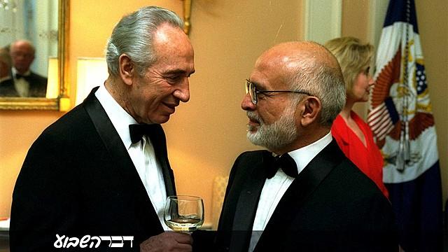 חוסיין מלך ירדן ושר החוץ הישראלי שמעון פרס חותמים על הסכם לונדון