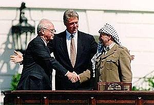 בבית הלבן נחתם הסכם אוסלו בין מדינת ישראל לפלסטינים בחסות נורווגיה וסיום האינתיפאדה הראשונה