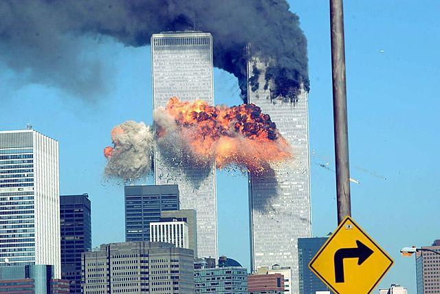 פיגועי 11 בספטמבר: טרוריסטים מארגון אל קאעידה חוטפים ארבעה מטוסי נוסעים. שניים מהם מתרסקים על מגדלי התאומים, בפיגועים נרצחים קרוב ל-3,000 בני אדם