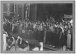 (Mayo 1937) Luchan entre sí en Barcelona distintas fuerzas republicanas enfrentadas a causa de la primacía de la revolución o la organización militar.