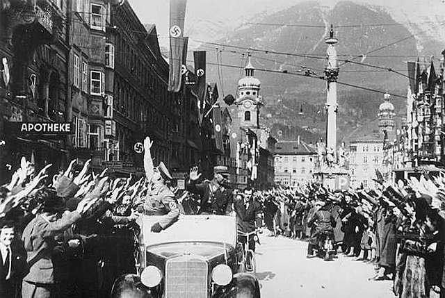 Hitler invade l'Austria