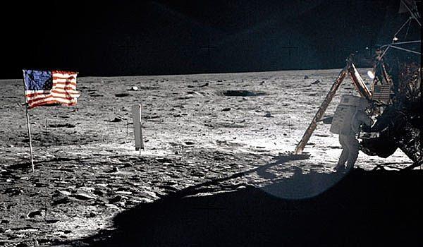 Hombre pisa la luna
