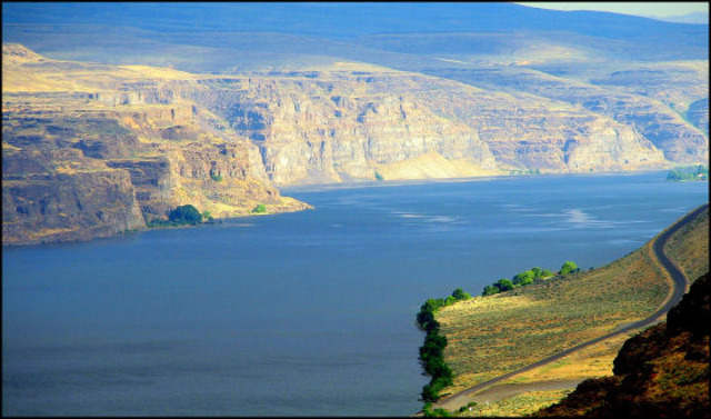 The expidetion reachs the reachs the Columbia River.