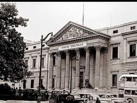 España se promulga la Ley Constitutiva de las Cortes.