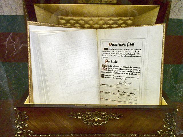 Nueva constitución: redacción y promulgación de la constitución de 1978.