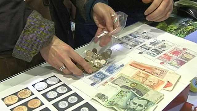 Se ponen en circulación los billetes y monedas del euro en 12 de los 15 países de la UE, entre ellos España.