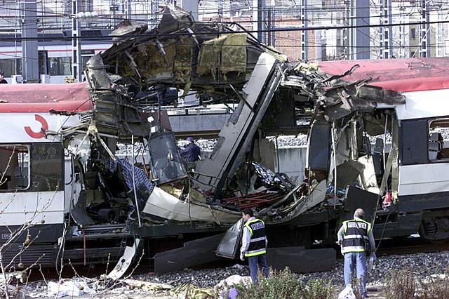 Suceden los atentados del 11-M contra cuatro trenes de la red de Cercanías de Madrid llevados a cabo por terroristas yihadistas. Pierden la vida 191 personas y otras muchas resultan heridas.