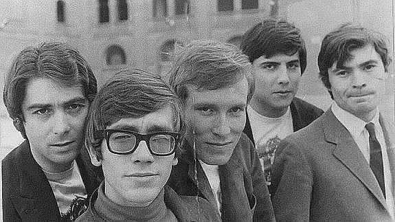 Los Bravos (grupo español de música rock creado en los 60,formado por:Antonio Martínez,Manolo Fernández,Miguel Vicens,Pablo Sanllehí,Michael Kogel y Álvaro Serrano Calderón)