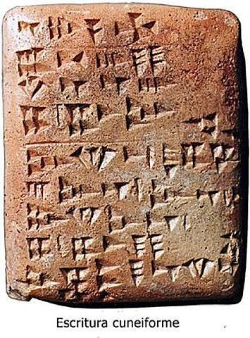 Nace la escritura cuneiforme.