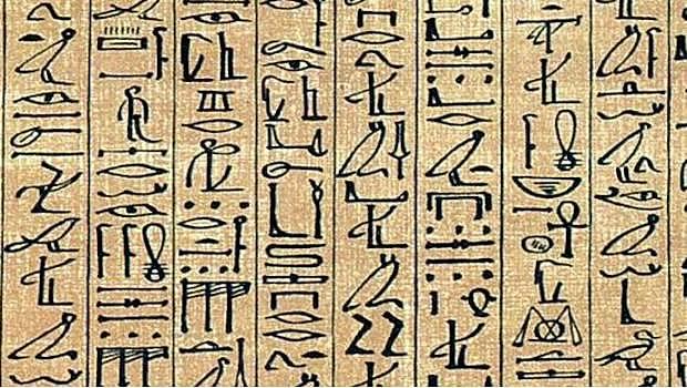 En Egipto se comienzan a emplear las escrituras jeroglífica, hierática y demótica