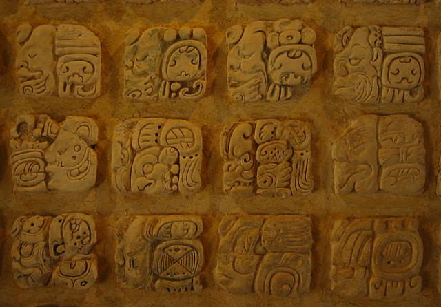 Aparece la escritura pictográfica maya.