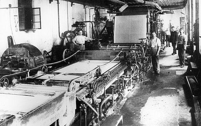 Se inventa la primera máquina para hacer papel
