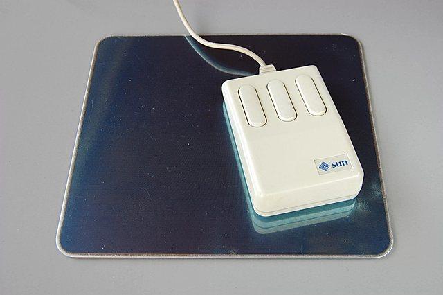 Первая оптическая компьютерная мышь.