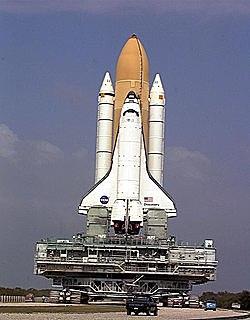 El Discovery (EEUU) es lanzado al espacio con seis personas a bordo, entre ellas una mujer.