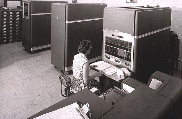Первый массовый компьютер IBM 650.