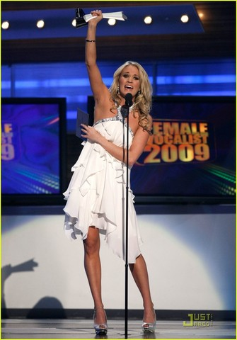 Carrie Underwood Gets Entertainer of the year!