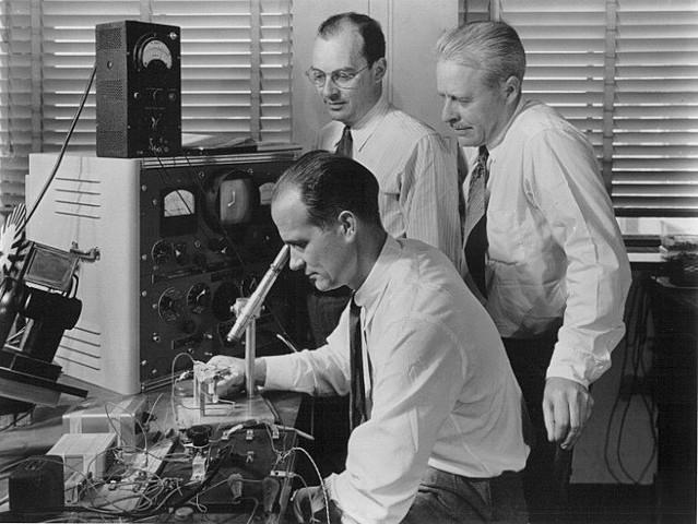 Shewhart introduce las gráficas de control en los Laboratorios Bell.