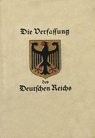 Adopción de la Constitución de Weimar.