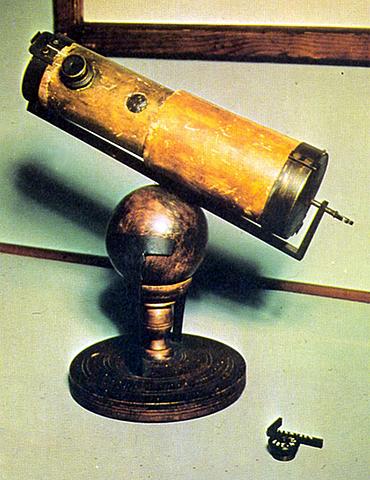 newton construyo un telescopio de reflexion