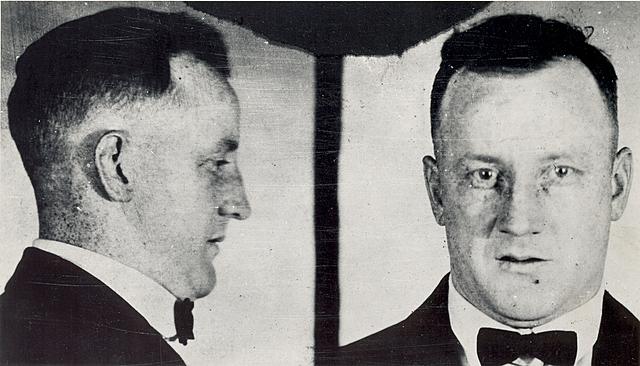 John Hamilton, un gangster norteamerica, fue herido por el FBI, diez días después murió, encontraron el cadáver meses después pero gracias a pequeñas restauraciones de amalgama pudieron identificarlo.