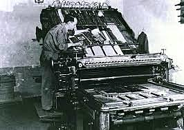 La invención de la imprenta por parte de Gutenberg permite por primera vez en la historia la aparición de la impresión en masa.
