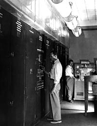 EDVAC John Von Neumann junto con Dr. John W. Mauchly y John Presper Eckert, Jr