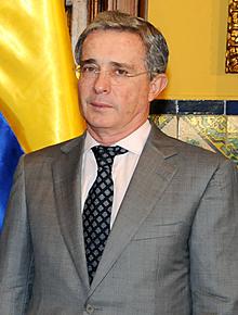 Alvaro Uribe Velez asume la presidencia