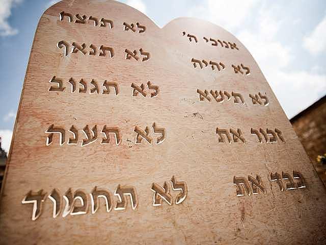 Los diez mandamientos. 1250 aC.