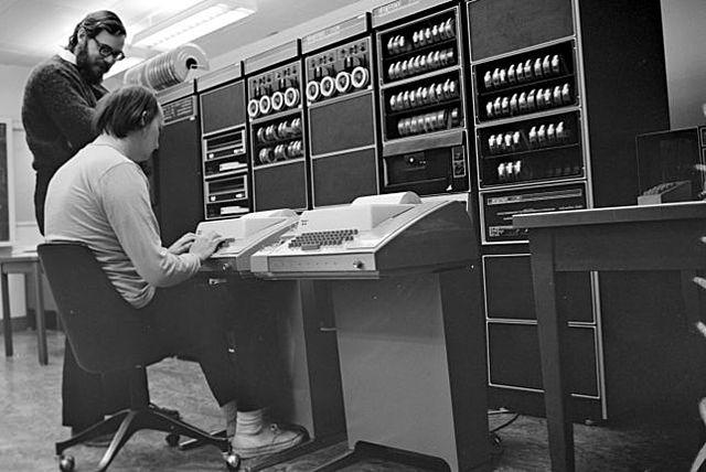 Bell Labs desarrolla el primer servicio de telefonía 1ªG