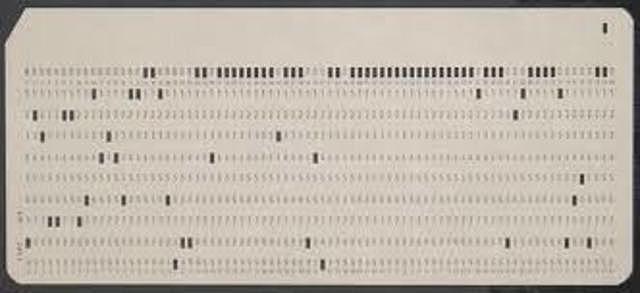Los datos se introducen en el ordenador utilizando tarjetas perforadas 1ºG