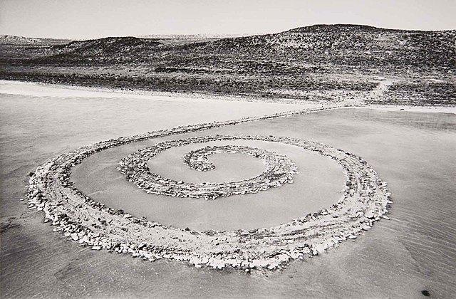 """Prof - Naturel / Artificiel / Robert Smithson: """"Spiral Jetty"""" (boue, cristaux de sel, rochers de basalte, bois et eau, cette œuvre est située au nord-est du Grand Lac Salé près de Rozel Point à Salt Lake Utah + trace photographique - Land Art)"""