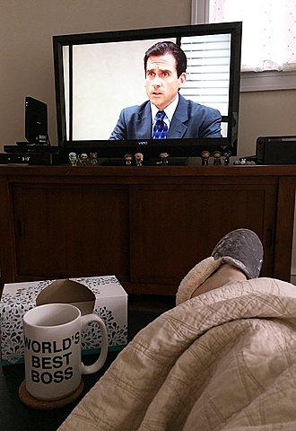"""Luego yo me acosté y miré el show llamado """"The Office"""" o La oficina en Netflix en mi cuarto blanco"""