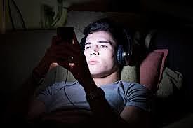 Yo me acueste en mi cama y hable con personas en mi celular y vi netflix hasta que me canse