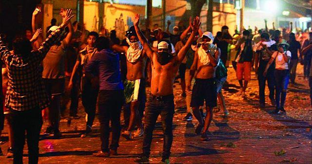 """Al grito de """"fraude """", marchas en 9 regiones derivan en represión"""